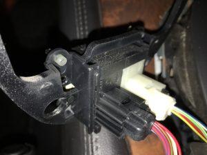 Von unten lassen sich nun die Steckverbindungen für den S- und den Tempomat-Schalter lösen (durch Farbcodierung schwarz und weiß ist auch beim Wieder-Montieren nachher eine Verwechslung praktisch ausgeschlossen).