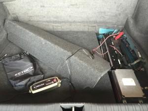 Blick in den Kofferraum mit Ladeerhaltungsgerät