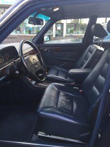 Fahrersitz im 560 SEL: Man sitzt mehr drauf als drin