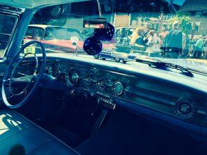 Interieur des Pontiac mit Würfeln am Innenspiegel, die die Bereitschaft zum spontanen Beschleunigungsrennen signalisierten
