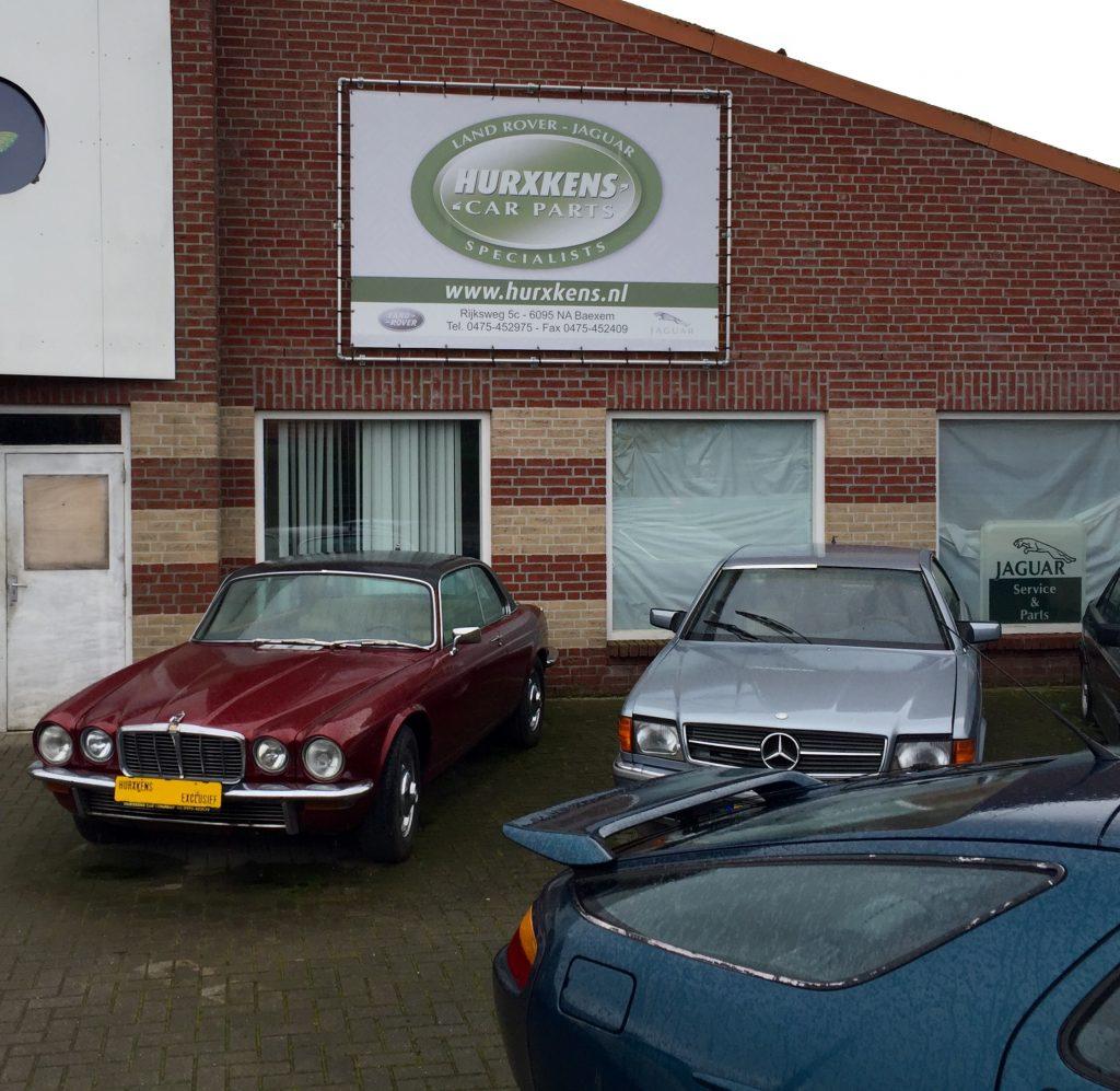 Nochmal der XJ-C 4,2 neben C126 und 928: Für 18.999 Euro kann das bordeauxrote Jaguar-Coupé mit rahmenlosen Fensterscheiben hier direkt mitgenommen werden
