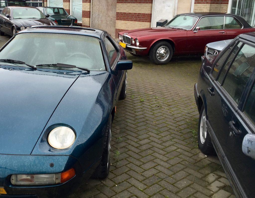 Gran Tourismo der 70er Jahre: Ein dunkelrotes XJ-C 4.2 V6 Coupé von 1978, eingerahmt von einem Porsche 928 und einem Mercedes-Benz C126 S-Klasse Coupé