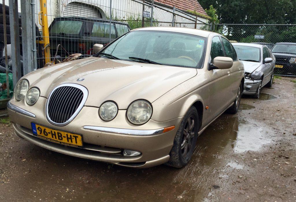 Jaguar der Neuzeit: Ein goldener S-Type vor einem verunfallten silbernen X-Type