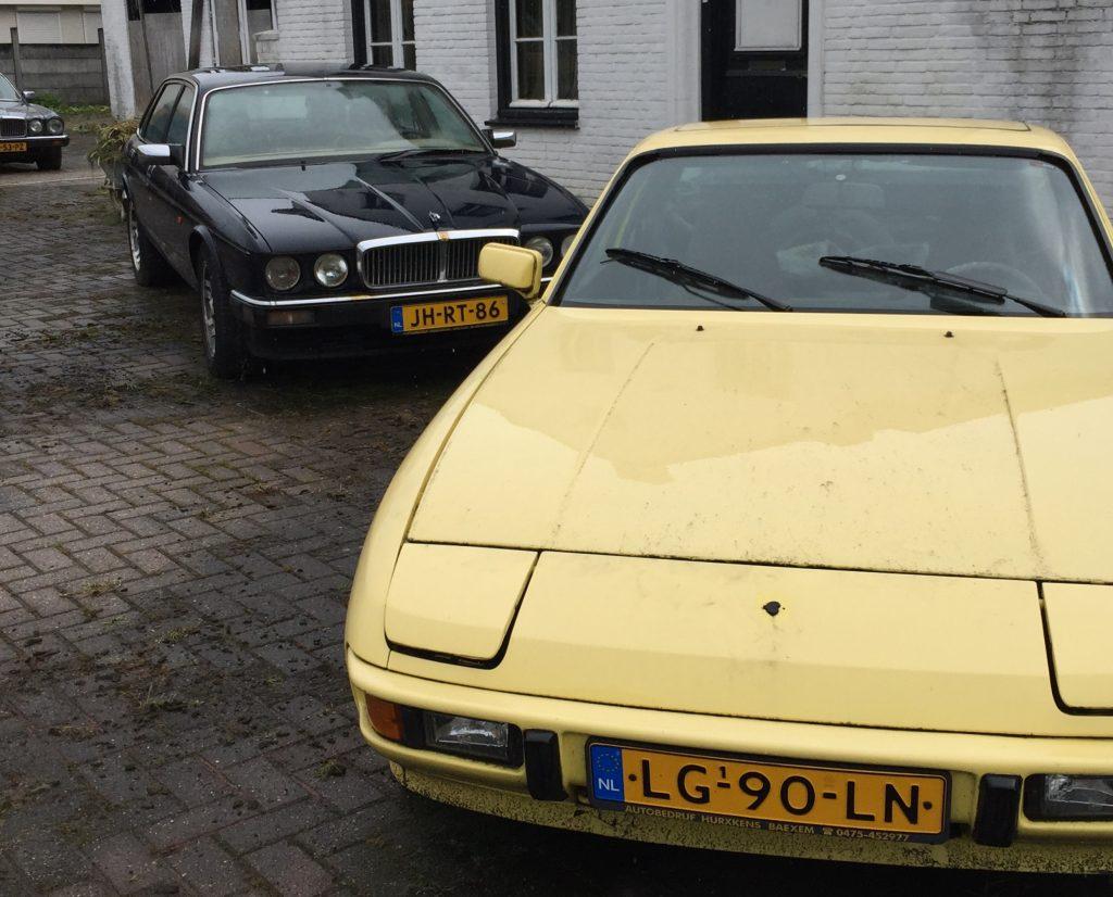 Jaguar XJ40 mit Rundscheinwerfern der späteren Serie, versteckt hinter einem zeitgenössisch gelben Porsche 924