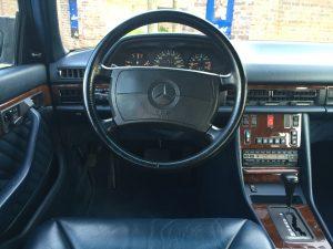 Etwas nüchterne Sachlichkeit und hervorragende Bedienbarkeit im Cockpit des 560 SEL