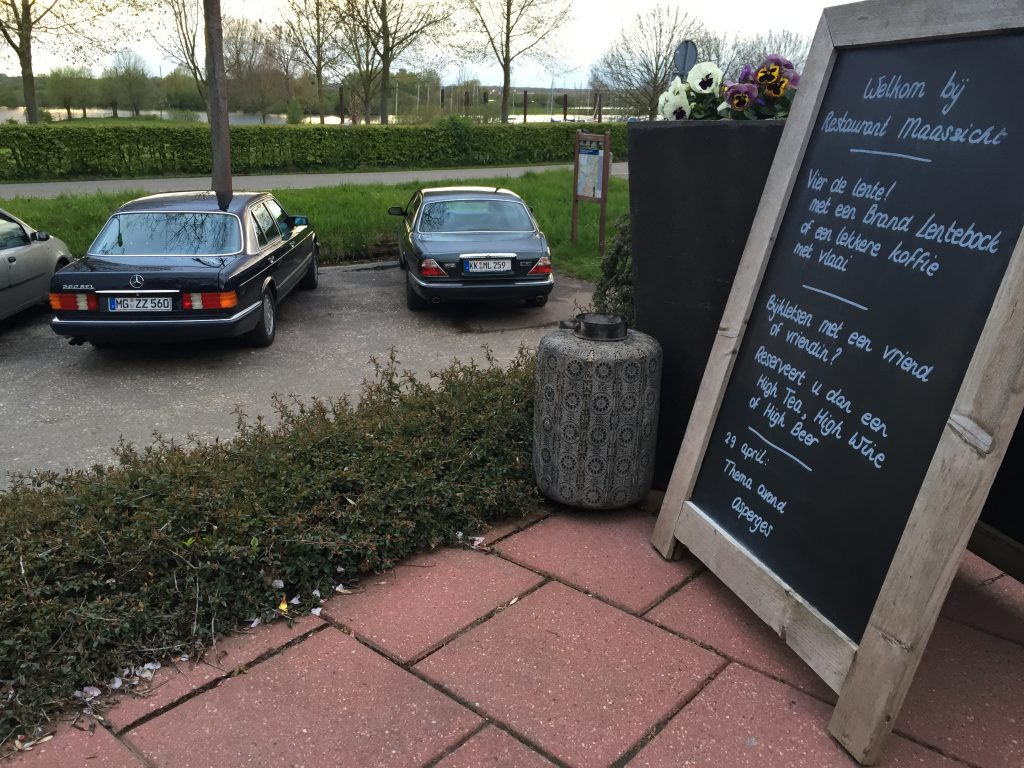 Ende einer ausgiebigen Vergleichsfahrt: Abendessen mit Blick auf den Parkplatz