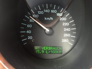 Hubraum fordert Tribut: 560 SEL mit 15 bis 20 Liter/100 km, Daimler V8 mit 12 bis 16 Litern/100 km