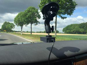 GPS- und Beschleunigungssensor an der Windschutzscheibe...