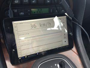 """...angeschlossen an einen Tablet-PC mit der messtechnischen Software """"Planlauf Car"""""""