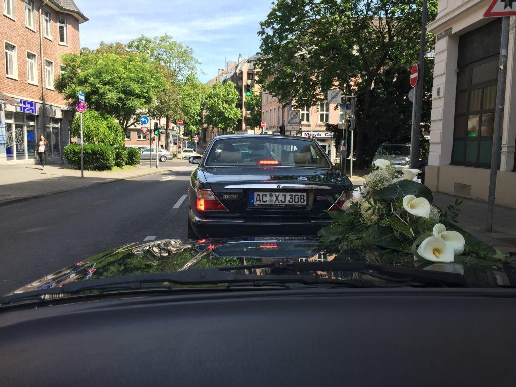 Nette Begegnung: Während er die Kolonne anführt, trifft unser Daimler V8 einen dunkelgrünen Artgenossen