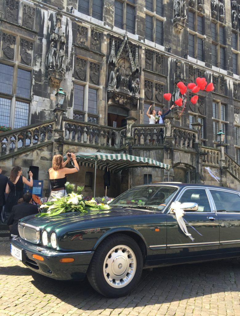 Frisch vermählt: Das frisch vermählte Paat lässt mit viel Applaus Ballons steigen, bevor der X308 die Autokolonne anführen darf