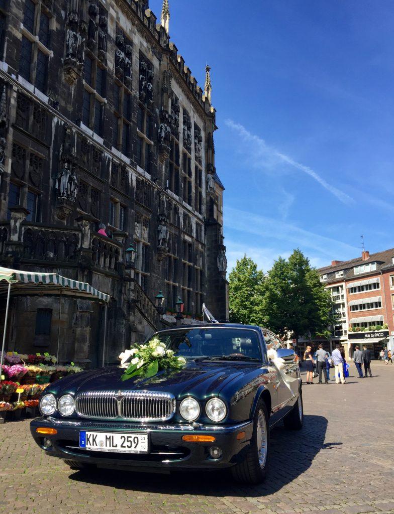 Gewachsen, gewachst, geschmückt: Mein X308 wartet vor dem Aachener Rathaus auf das Brautpaar...