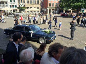 Bad in der Menge: Ein Jaguar wartet auf das Brautpaar...